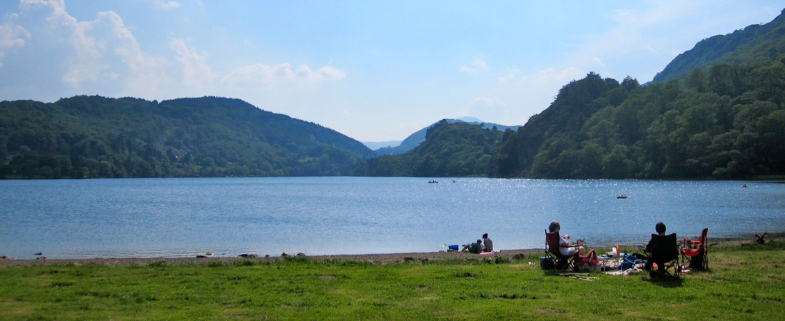 Llyn Gwynant summer lakeside beach picnic_home